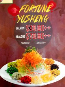 Reklama yusheng w jednej z lokalnych restauracji.