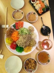 Tak wygląda yusheng w wersji fusion, z japońskim makaronem soba.