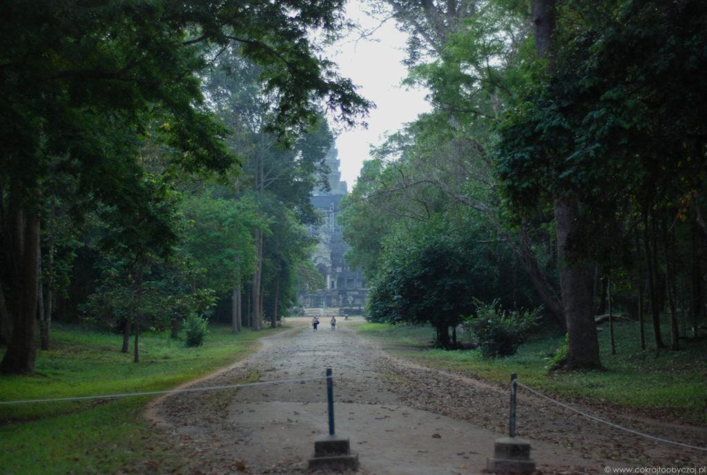 Do Angkor Wat wchodziliśmy od strony wschodniej. Wejście okazało się mało popularne, rowery należy zostawić przy budce strażników a następnie zrobić sobie dłuższy spacer.
