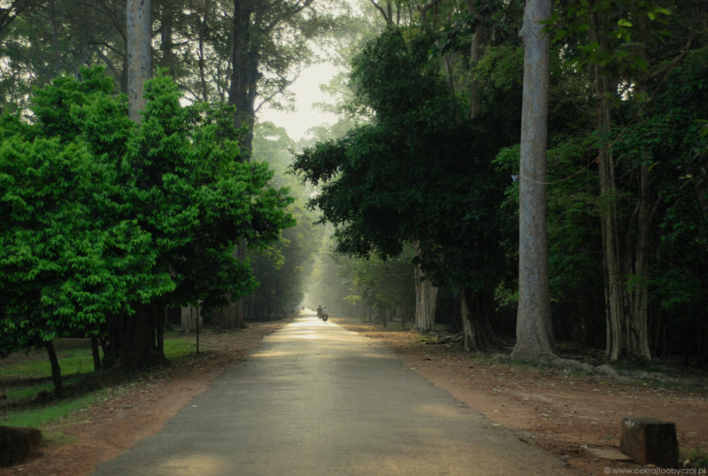Świt na terenie Angkor.