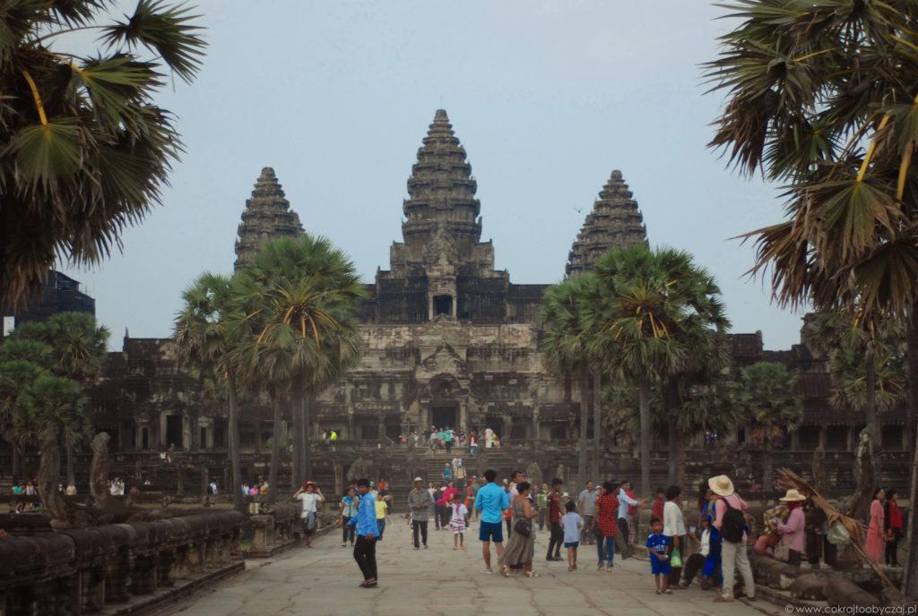 Tak wygląda Angkor Wat chwile przed zachodem słońca. Na głównym szlaku nie ma co liczyć na brak zwiedzających :)