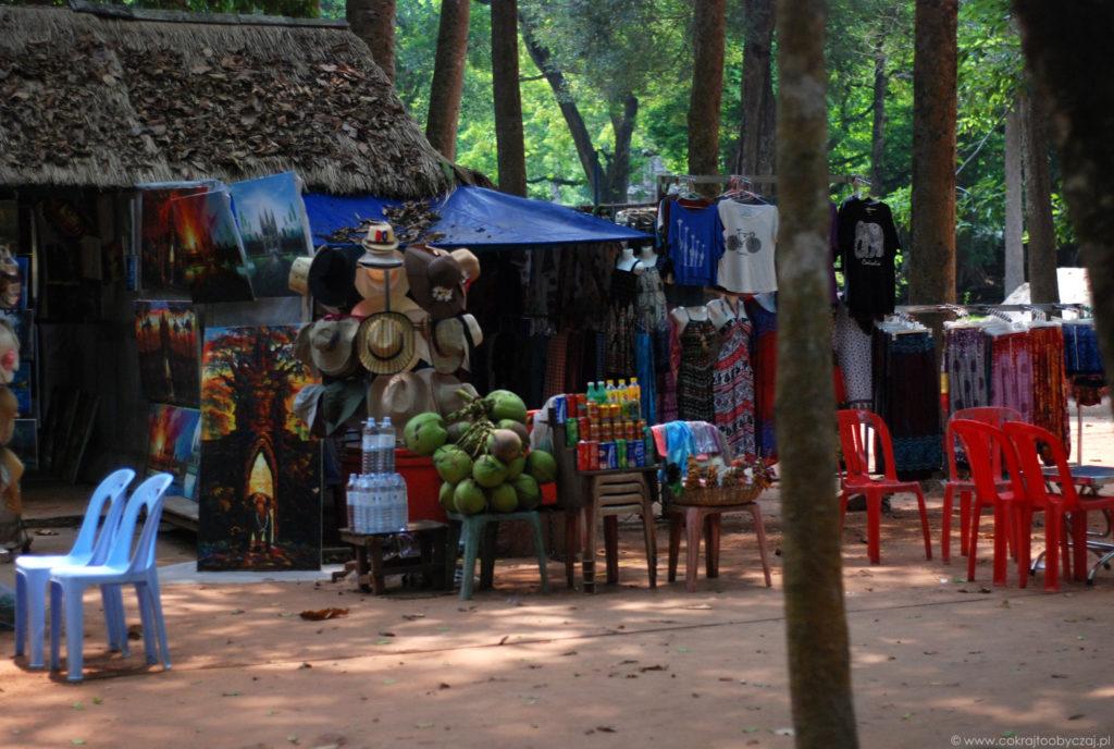 Na terenie kompleksu Angkor można bez problemu kupić nie tylko jedzenie i napoje, ale również ubrania czy pamiątki.