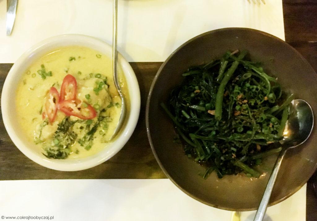 Po lewej fish amok, czyli kambodżańskie rybne curry, po prawej warzywo o angielskiej nazwie morning glory (po polsku: swojski wilec wodny ;)) z czosnkiem i sosem sojowym.