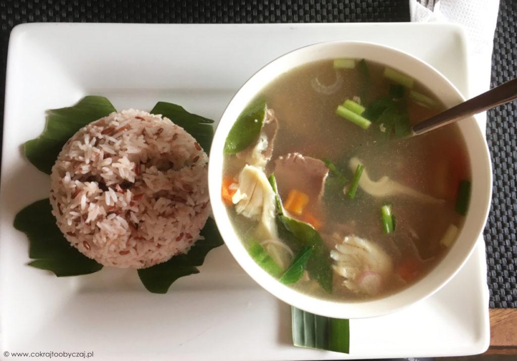 Kwaśna zupa z wołowiną i warzywami, serwowana z ryżem.