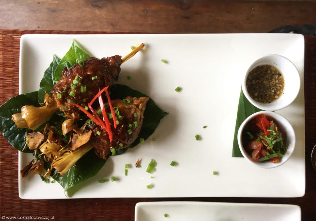 Żaba nadziewana mielonym mięsem wieprzowym i makaronem vermicelli, z relishem z orzeszków ziemnych oraz pomidorowym.