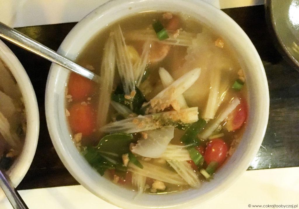 Kwaśna zupa z krewetkami, kłączem lotosu, ananasem i pomidorkami cherry.