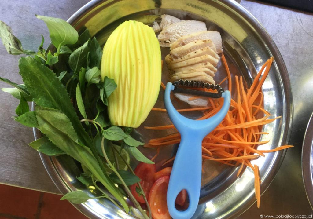 Składniki na sałatkę z mango i kurczakiem.