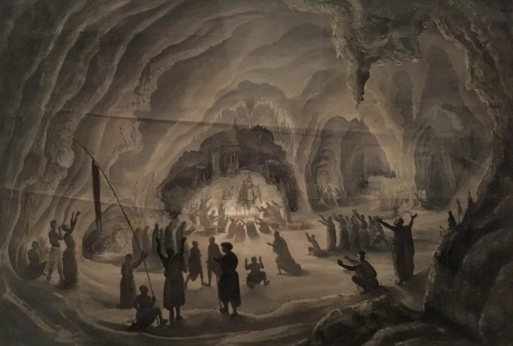 Ceremonia w jaskiniach Preah Teuck według Luisa Delaporta - stanowi połączenie obserwacji z wyobrażeniami autora: w rzeczywistości buddyjskie modlitwy i składanie ofiar mają bardziej powściągliwy charakter. Tutaj na pierwszy plan wysuwa się mistyczny, ekstatyczny wręcz charakter widowiska.