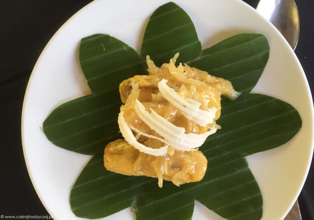 Deser z bananów smażonych z cukrem palmowym w mleku kokosowym, ze świeżymi wiórami kokosa.