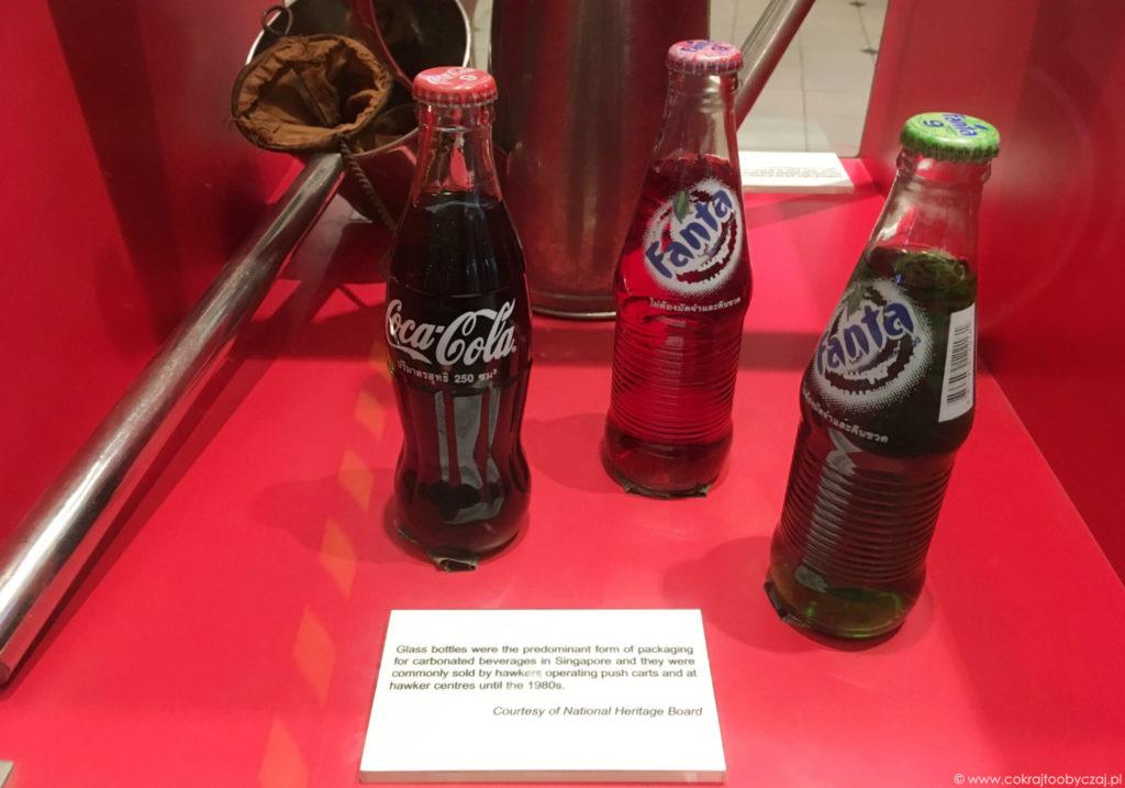 Gazowane napoje w szklanych butelkach to znak przeszłości - w hawker centres dominowały do lat 80. Dziś sporadycznie można kupić takie