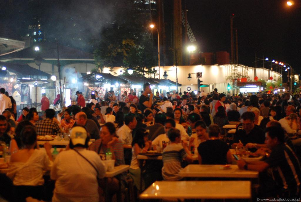 Wieczorem fragment ulicy Boon Tat zamienia się (dosłownie) w Satay street.