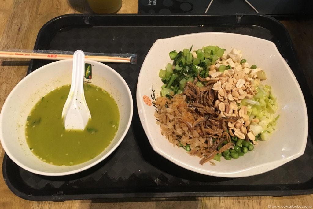 Herbaciana zupa i brązowy ryż z dodatkami - danie wywodzące się z kuchni Hakka.