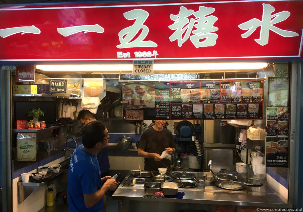 Ulubione stoisko z deserami w Chinatown Food Complex (#02-206), menu ze zdjęciami podwieszone u góry.