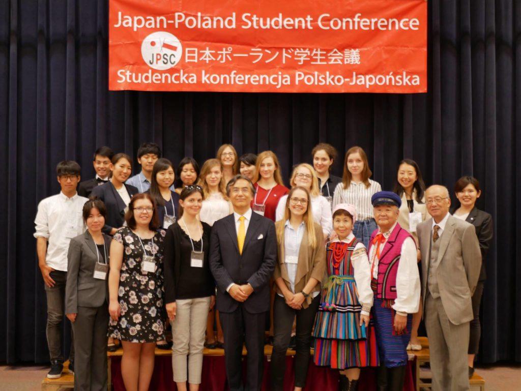 Nasze pierwsze wspólne zdjęcie. W pierwszym rzędzie w środku były Ambasador Japonii w Polsce, pan Shigeo Matsutomi. Źródło: materiały organizatorów konferencji.