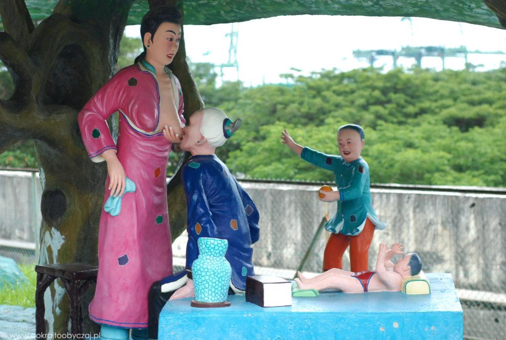 Spodziewam się, że ta scena ma symbolizować posłuszeństwo i opiekę nad rodzicami oraz szacunek wobec przodków - cnoty wysoko cenione w tradycji konfucjańskiej.