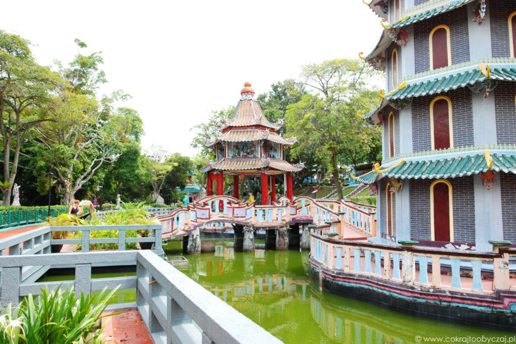 A to widok z okolic 5-piętrowej pagody.