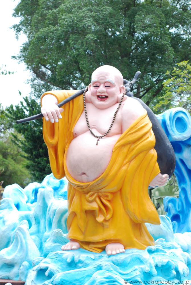 Śmiejący się Budda. Duży, odkryty brzuch symbolizuje szczęście, dostatek i otwarte serce. Wiele osób wierzy, że dotykanie go przynosi pomyślność.
