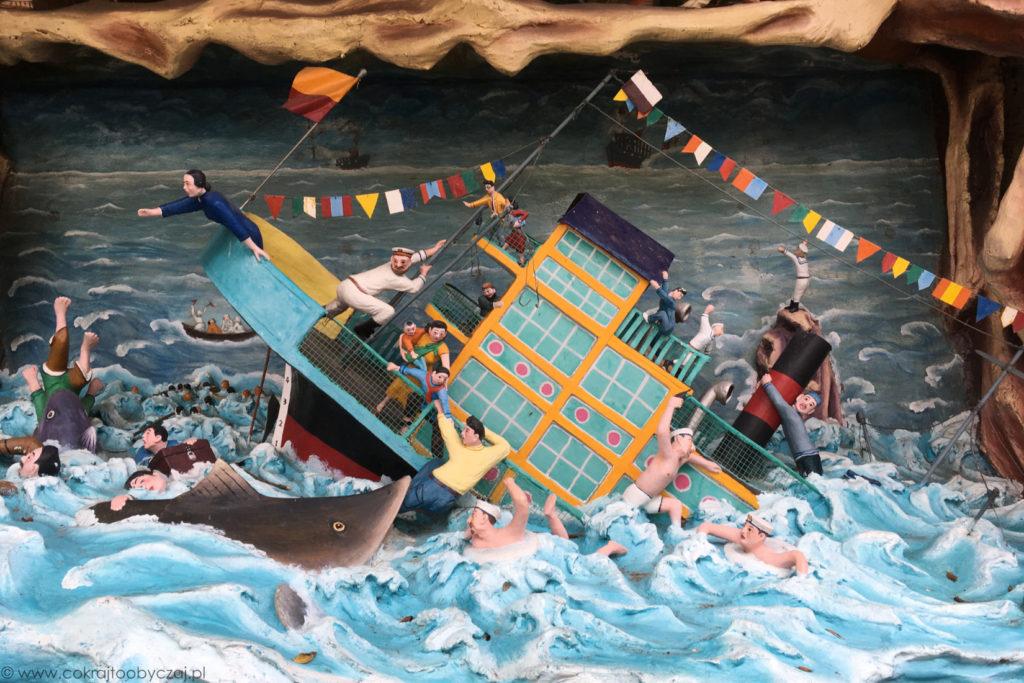Scena z legendy o wdzięcznym żółwiu, który w podzięce za wypuszczenie go do morza przez pewnego człowieka, ratuje mu życie, gdy jego statek zaczyna tonąć.