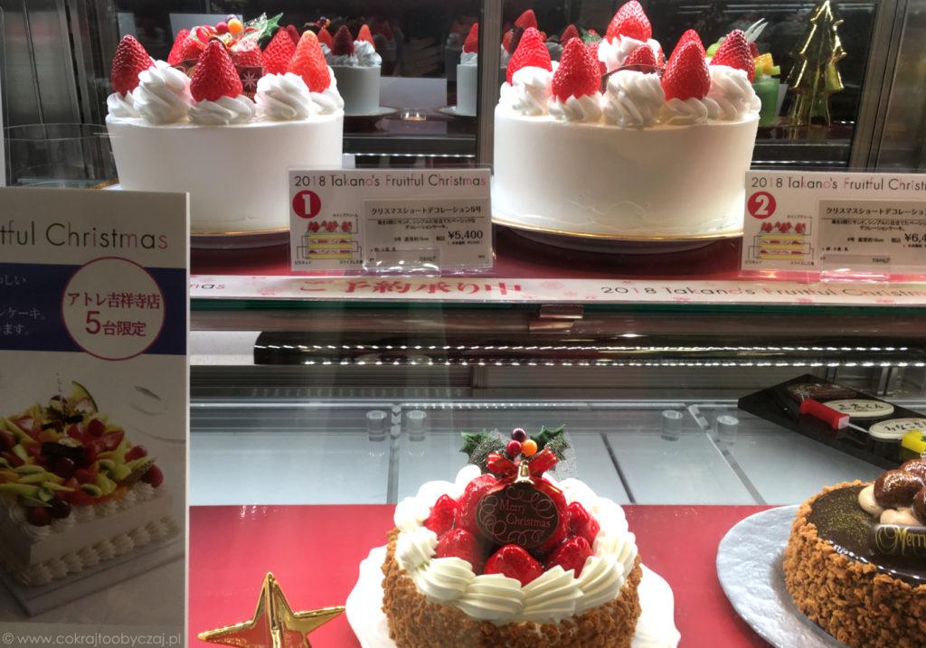 A to truskawkowe ciacha w cukierniczej witrynie :) Podpatrzone w atre Kichijoji.