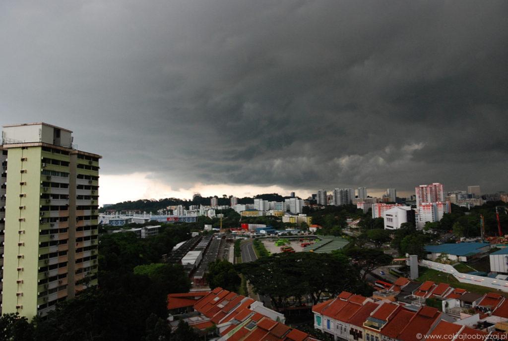 Najpierw zrobiło się ciemno. Następnie z chmury wylały się hektolitry deszczu.