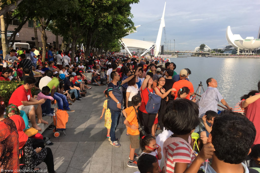 Okolice Marina Bay podczas National Day - wielu mieszkańców ubiera się wówczas na biało i czerwono:)