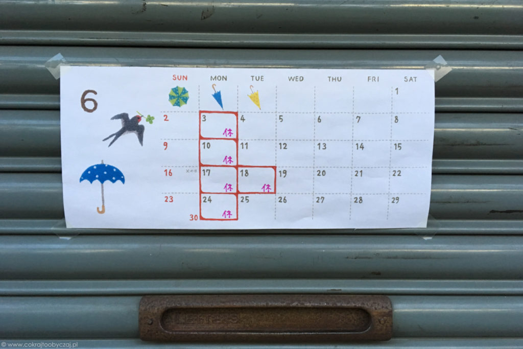 A to informacja z dniami wolnymi od pracy na dany miesiąc - tu akurat czerwiec :) Parasolki to nieodłączny atrybut podczas tsuyu - pory deszczowej.