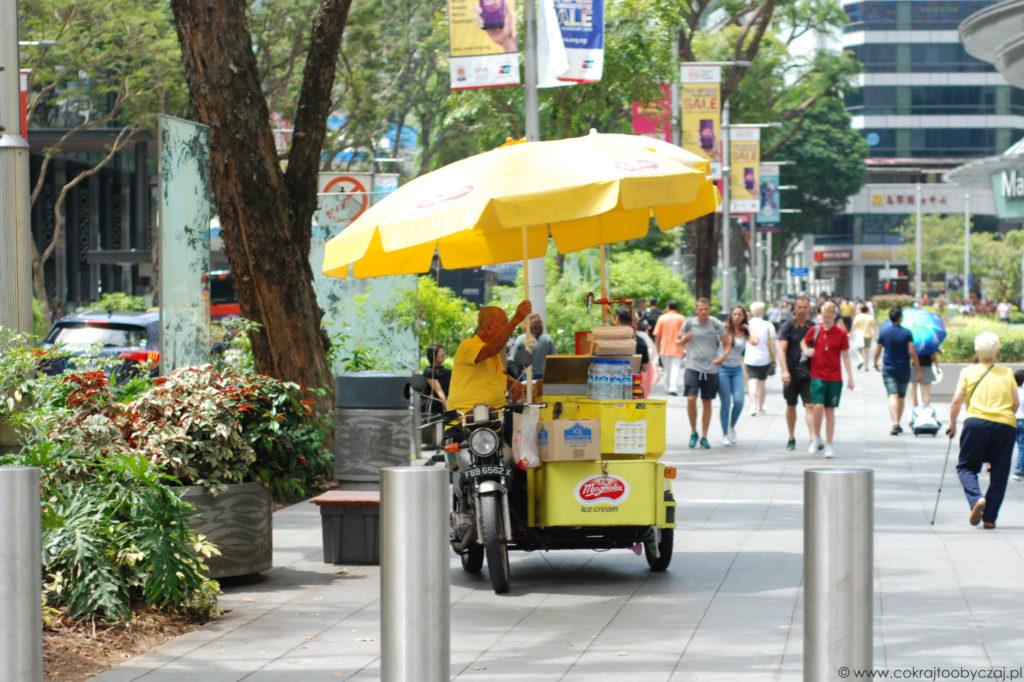 Uncle sprzedający lodowe kanapki w Singapurze.