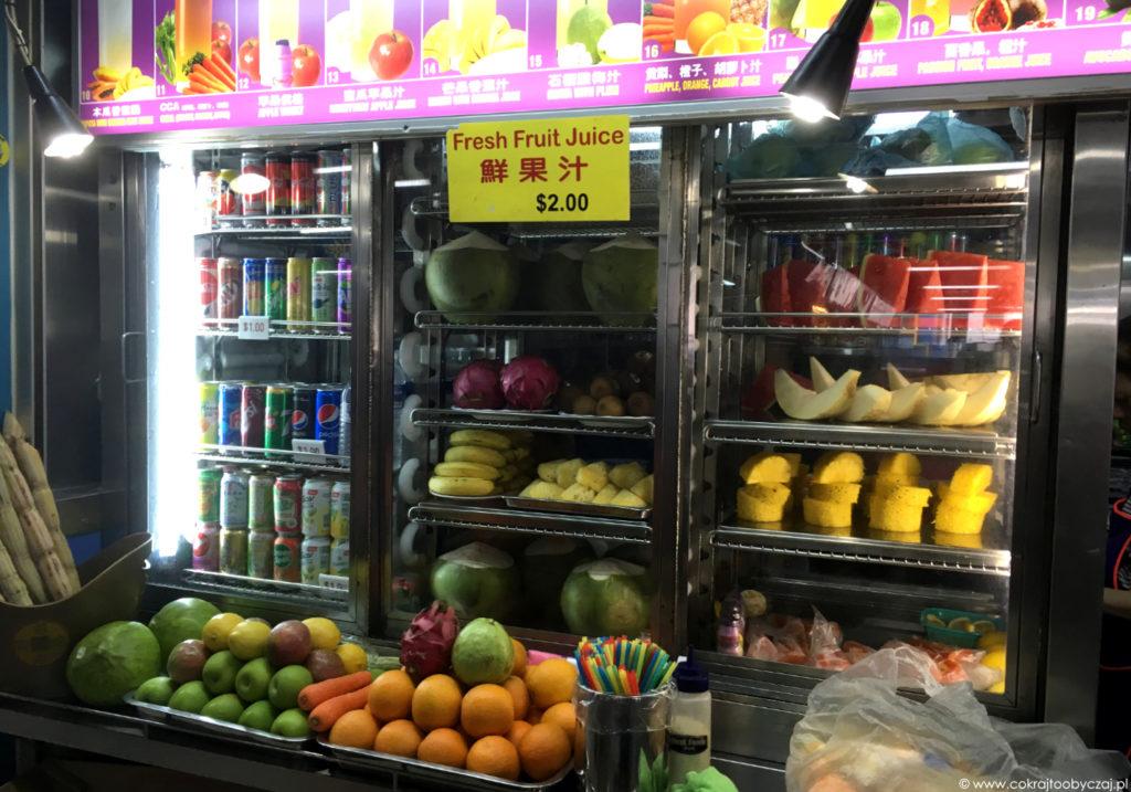 Przykładowe stoisko z owocami w hawker center.