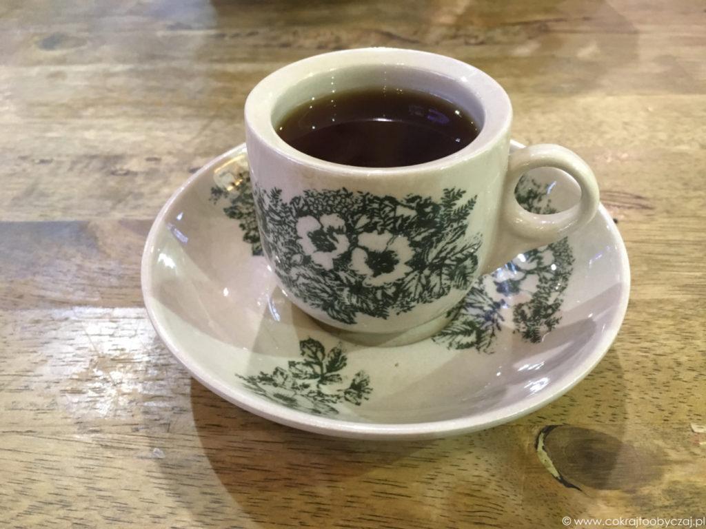 Singapurska kopi, czyli tradycyjnie serwowana kawa.