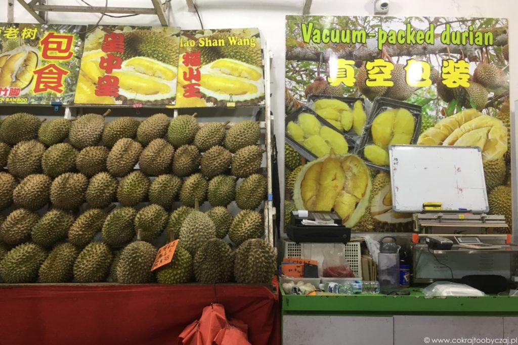 Tak prezentuje się jedno ze stoisk w szczycie durianowego sezonu.