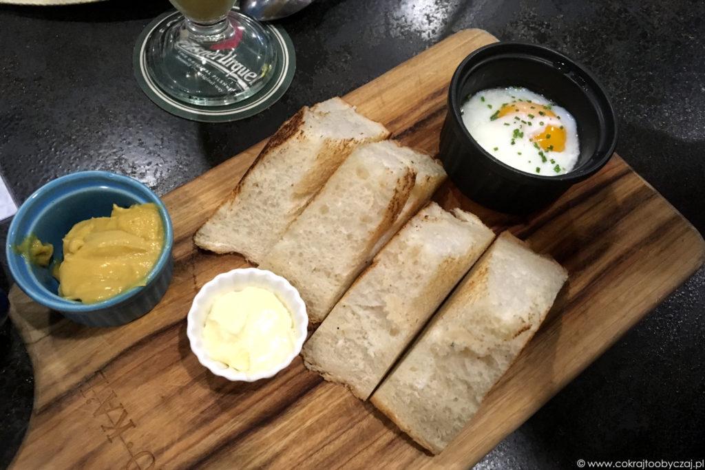 Singapurskie śniadanie; kaya toast i jajko na bardzo miękko.