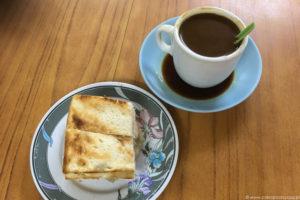 """Singapurskie śniadanie: kaya toast, czyli tosty z kokosowym """"dżemem"""" oraz kawa (kopi)."""