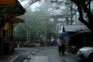 Mgła, deszcz i brama tori niedaleko Enryaku-ji.