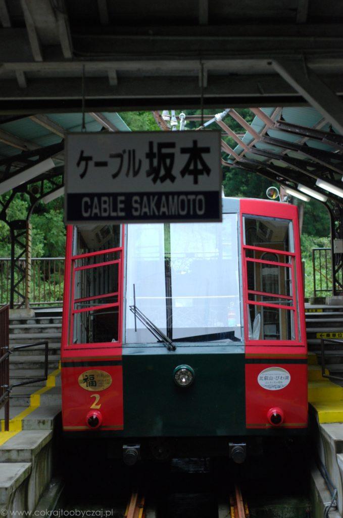 Wagon kolejki linowej na stacji Sakamoto.