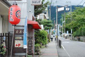 Czerwony japoński lampion i ulica wiodąca na górę Hiei.