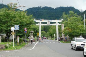 Olbrzymia brama tori górująca nad ulicą w Otsu.