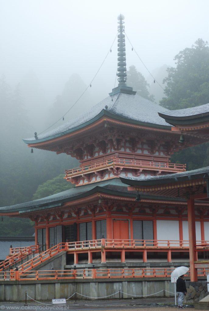 To-do w deszczu i mgle na terenie Enryaku-ji.