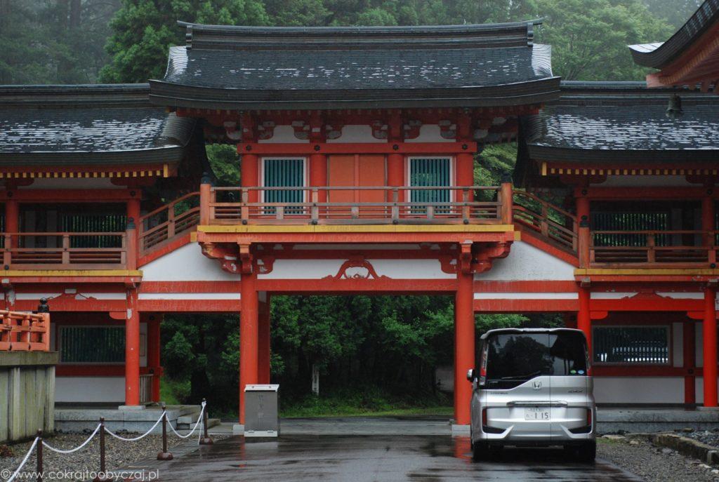 Samochód przy starej buddyjskiej świątyni, Enryaku-ji.