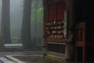 Drewniane ema oraz mgła spowijająca wieżę Monju-ro.