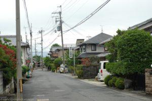 Opustoszała ulica i domy mieszkalne w Otsu.