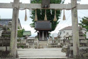 Brama tori i chram nieopodal jeziora Biwa w Otsu.