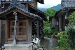 Stara, drewniana kapliczka i wąska alejka między domami w Otsu.