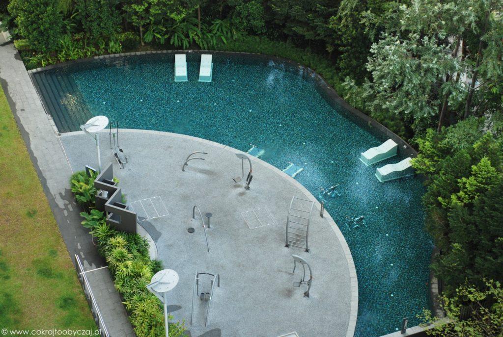 Błękitna woda na basenie w condo, Singapur.