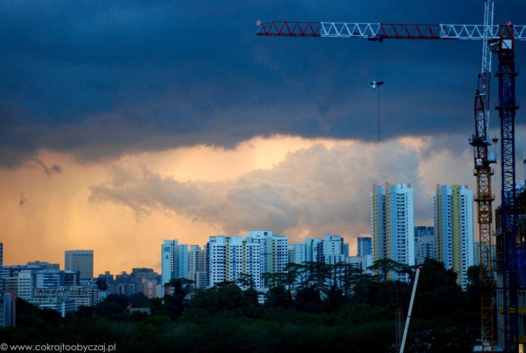 Burza i wieżowce w Singapurze.