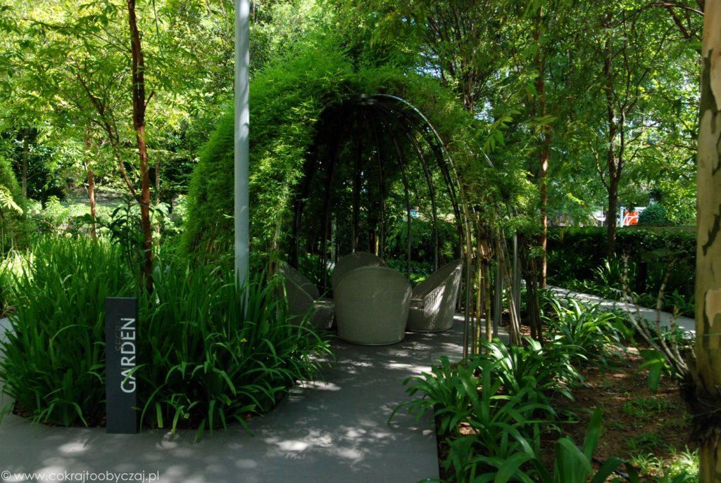 Zielony ogród na terenie condo w Singapurze.