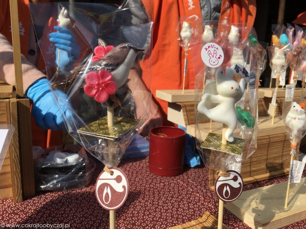 Lizaki z cukru w kształcie zwierząt: białego królika i ptaka z kwiatami ume.