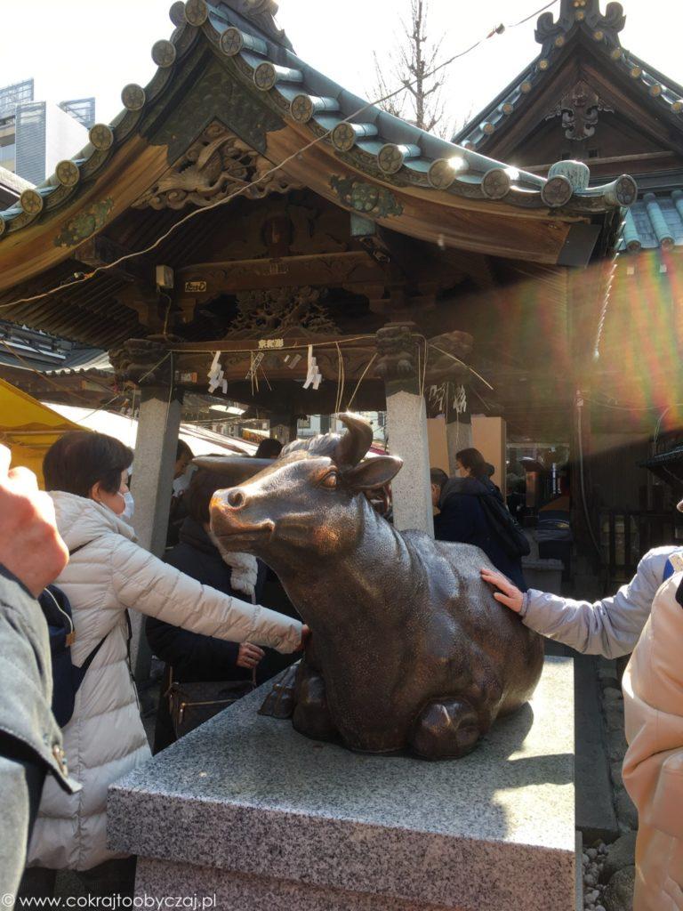 Posąg byka na terenie Yushima Tenmangu, Bunkyo-ku.