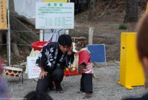Występ z udziałem tresowanej małpy podczas ume matsuri.