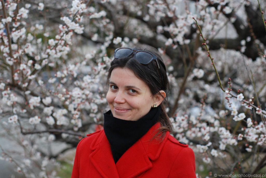 Portret na tle białych kwiatów ume w Shimo Soga.