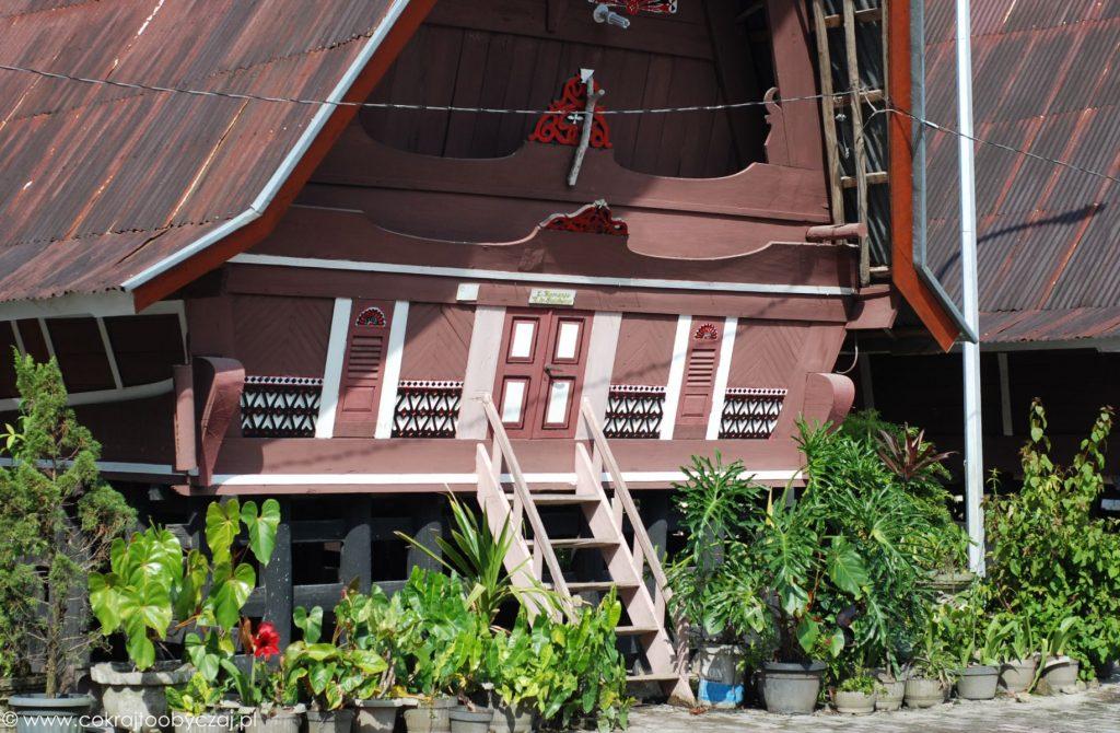 Wejście do tradycyjnego domu Bataków Toba.